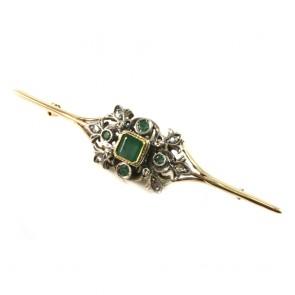 Spilla in stile, oro, diamanti -2.2-2.5 ct - e smeraldi. 8.9 gr; 7.7 cm x 1.6 cm