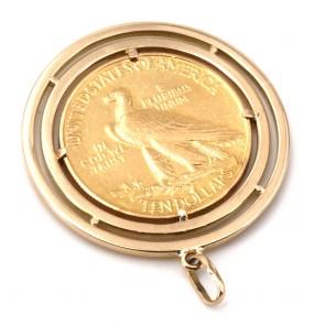 Ciondolo in oro con moneta da 10 dollari americani del 1908, in oro 900/00. 25.37 gr; 4.5 cm x 3.7 cm