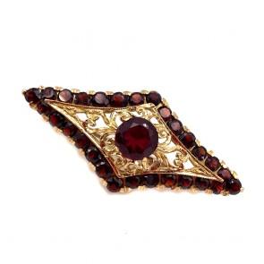 Spilla romboidale in stile, oro traforato e granati -