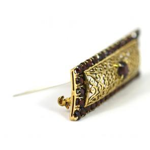 Spilla geometrica in stile, oro traforato e granati - 12,6 gr